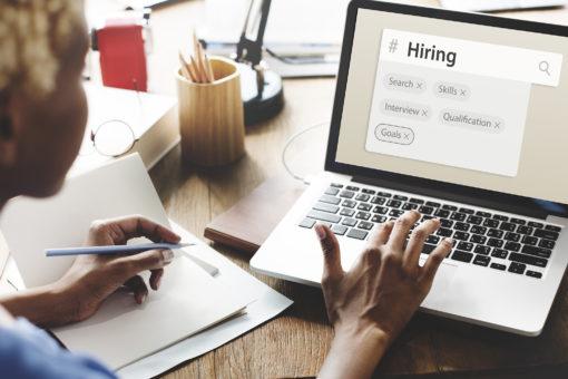 Frau vor einem Laptop, die über Social Recuriting eine neue Arbeitsstelle sucht