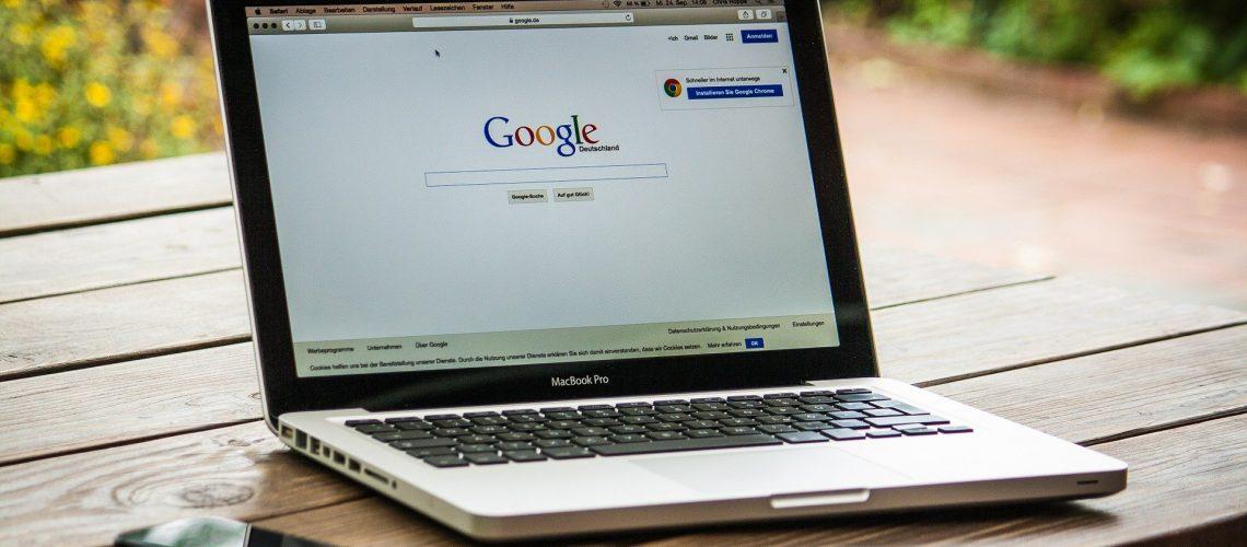 aufgeklappter Laptop mit geöffneter Google-Seite